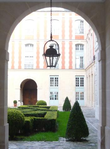 inner-exterior-courtyard-romantic-parterre-planting